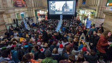 Öffentliche Vorführung des Eröffnungsfilms der 60. DOK Leipzig 2016 in der Osthalle des Hauptbahnhofs