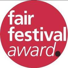 Logo des Fair Festival Awards. Titel des Awards auf rotem kreisförmigen Hintergrund
