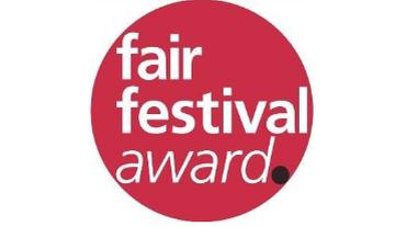 Logo des Fair Festival Awards. Weiße Schrift in rotem Kreis